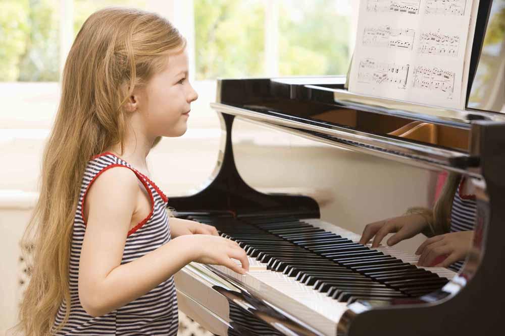 Учимся играть на пианино